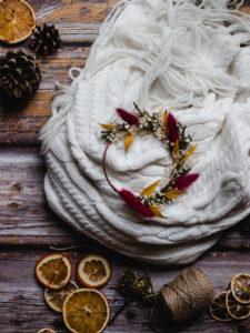 une photo d'ambiance avec une coronne de fleurs séchées
